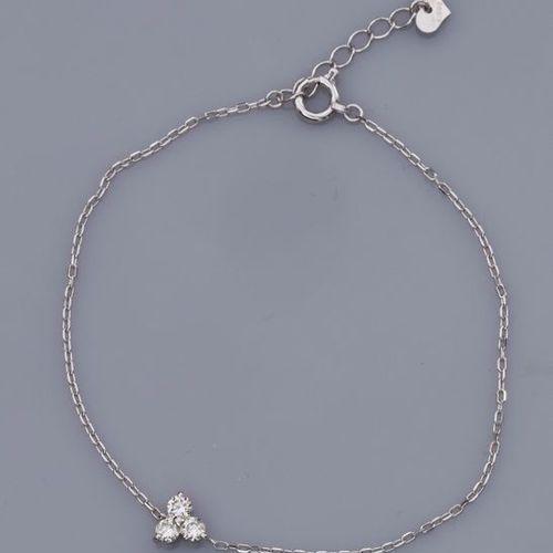 Fin bracelet en or gris 750°/00 (18K), maille forçat, serti de trois diamants ta…