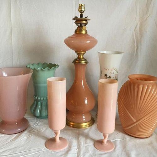 Un lot de vases et lampes en verre opaliné : une lampe à pétrole un vase blanc a…