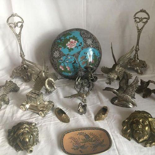 Un lot en métal argenté, bronze et émail : 2 porte coupes en composition 2 coqs …