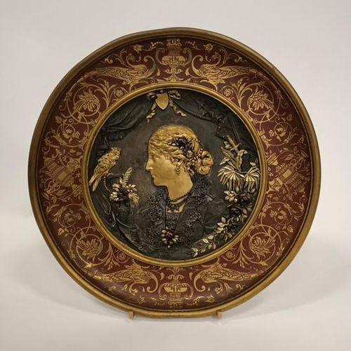 Plat en laiton ouvragé à décor central d'un médaillon de bronze portant profil d…