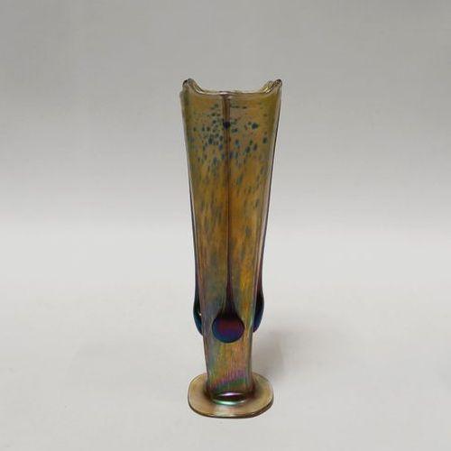 Johann Loetz, dans le goût Vase en verre irisé à reflets dichroïques de nuances …