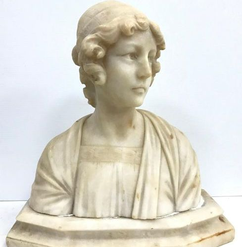 Alberto SACCARDI (1883 1956) Bust in alabaster representing a young girl wearing…