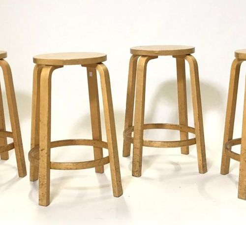 Alvar AALTO (1898 1976) Suite of four bar stools in thermoformed wood. Height: 6…