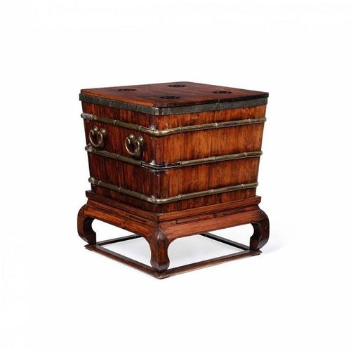 *CHINE, XIXe siècle Ice chest in hongmu wood Height: 67 cm  Width: 67 cm  Depth:…