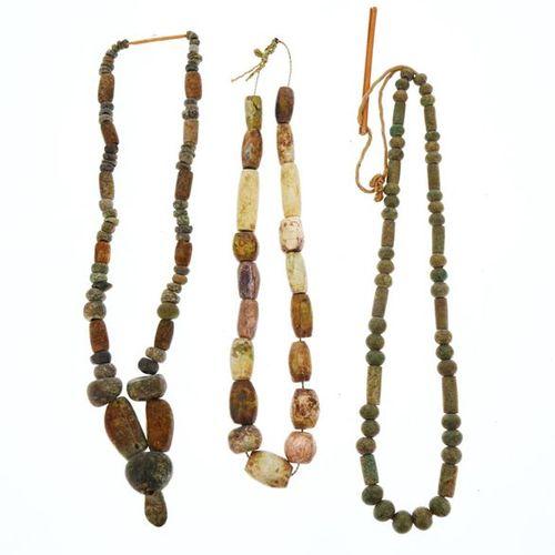 Ensemble de trois colliers composés de perles ovoïdes en navettes cylindriques e…