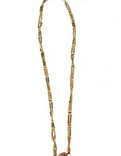 Collier sautoir à deux rangs. Il est composé de perles en faïence beige et verte…