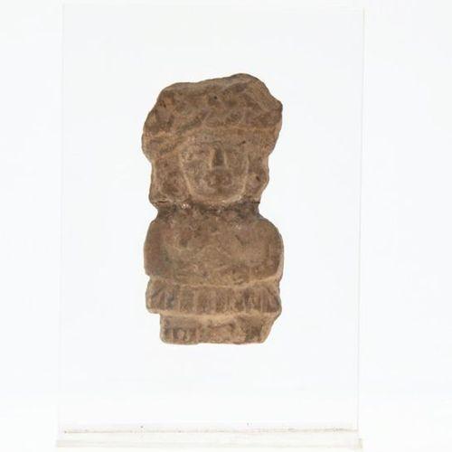 Statuette présentant une noble femme la coiffe agencée par des nattes tressées T…
