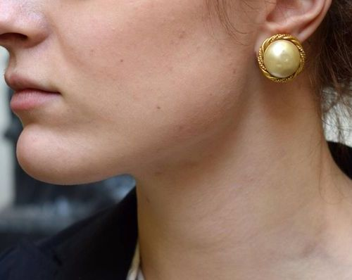 CHANEL Two ear clips in gold plated metal, and pearl cabochon  Signed