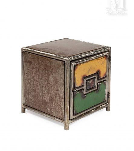 Ousmane MBAYE (né en 1975) Cube chevet, 2009  Tube en galva, couvercle de fût de…