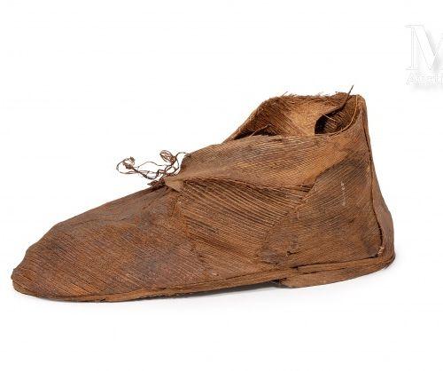 Ernest WEANGAÏ (né en 1963) La chaussure du Vieux Nègre, 2000  Fibre de coco col…