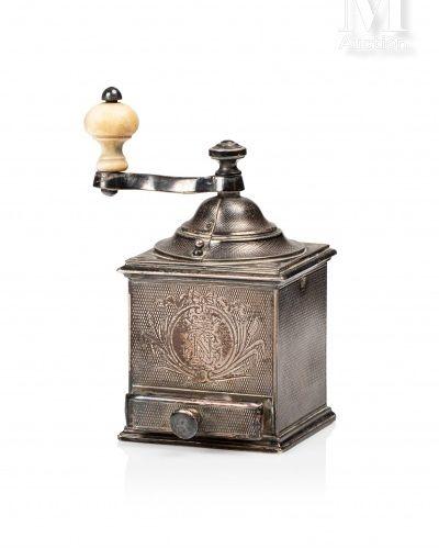 Moulin à poivre en argent 950 millièmes, de forme carrée avec un tiroir fermant,…