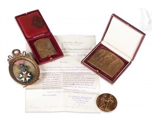 LOT COMPRENANT une croix d'officier de l'Ordre de la Légion d'honneur d'époque S…