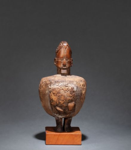 Fétiche « Butti » It shows a standing ancestral figure, his body wrapped in a lo…