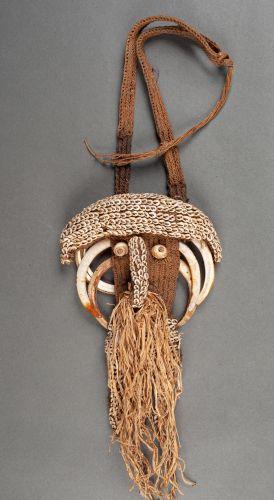 Pectoral de chasseur de têtes forming a surrealist face decorated with five wart…