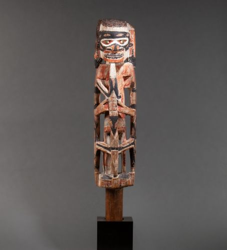 Figure « Malangan » It is carved with a standing figure, haloed around the body …