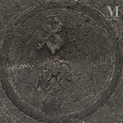 PARIS dernier tiers du XVIIIème siècle Petit pichet à épaulement en étain, pied …