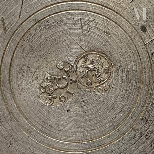 LANGRES fin du XVIIème siècle, avant 1697 Grand pichet balustre en étain à pied …