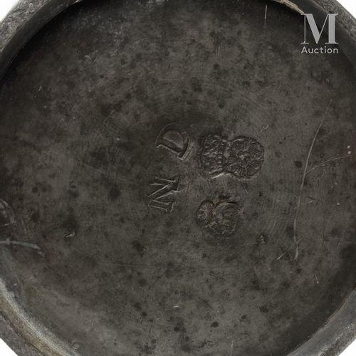 SEDAN milieu XVIIIème siècle Pichet balustre en étain à base cylindrique, anse à…