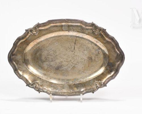 PLAT EN ARGENT ovale en argent, la bordure à filets rubanés et agrafes d'acanthe…