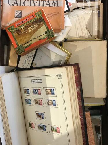 Une grande valise de timbres et courrier anciens. Null