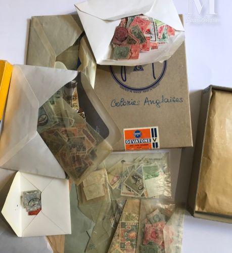 VRAC. Collection mondiale présentée en petites boîtes.