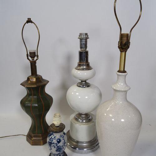 LOT DE QUATRE LUMINAIRES Composé de quatre pieds de lampe dont deux en céramique…