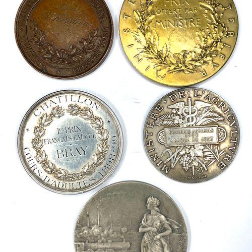 Médailles – Divers  Lot de cinq médailles diverses comprenant notamment une méda…