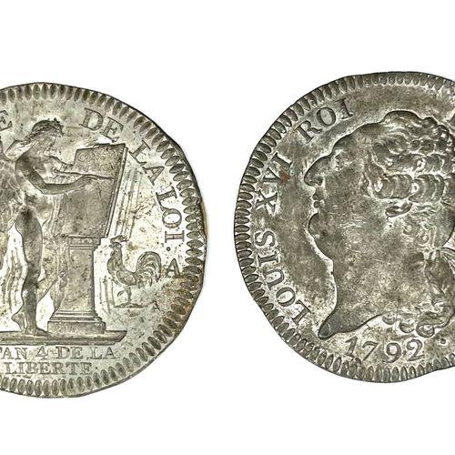 法国 路易十六(1774 1789)  拍卖会上有两枚锡制的6磅宪法盾牌的正面和背面的单面样币。  A : 左边是路易十六的裸体半身像  A2 : 有翅膀的天才…