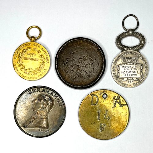 Médailles – Divers  Lot de cinq médailles et jetons divers.  État : Divers