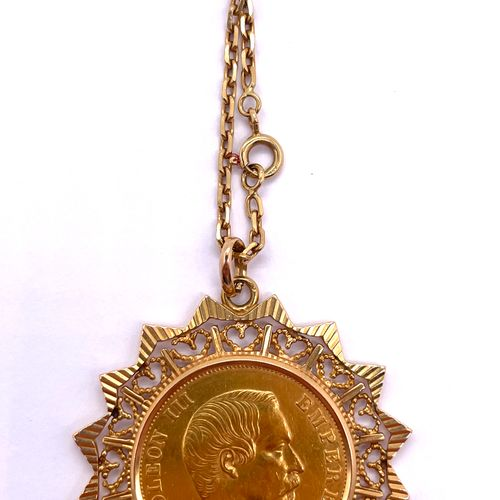 Bijou  Une chaîne en or 18 carats surmontée d'un pendentif en or 18 carats monté…