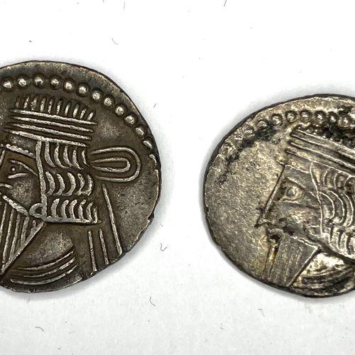 Royaume de Parthe – Mithridate IV  Lot de deux Drachmes  A : Tête au bandeau de …