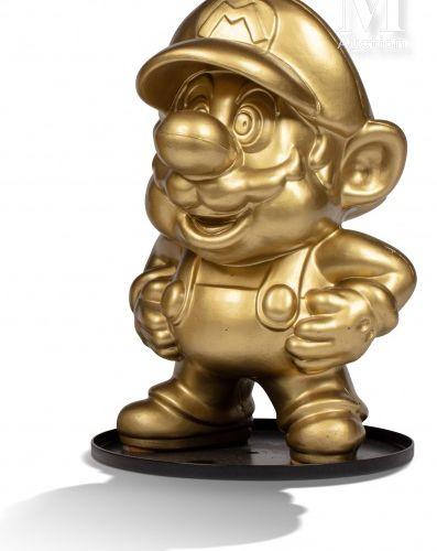 NINTENDO FAMICOM NINTENDO FAMICOM  Statue Mario doré des Famicom Shop au Japon.