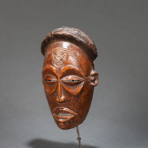Masque de danse « Pwo » carved with a face with a determined expression, with al…