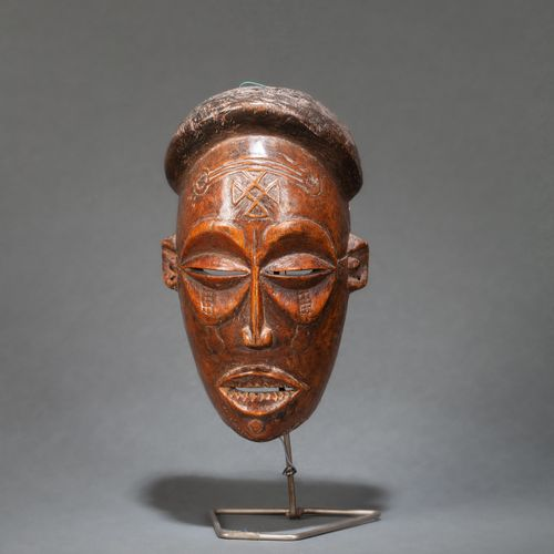 Masque de danse «Pwo» carved with a face with a determined expression, with al…