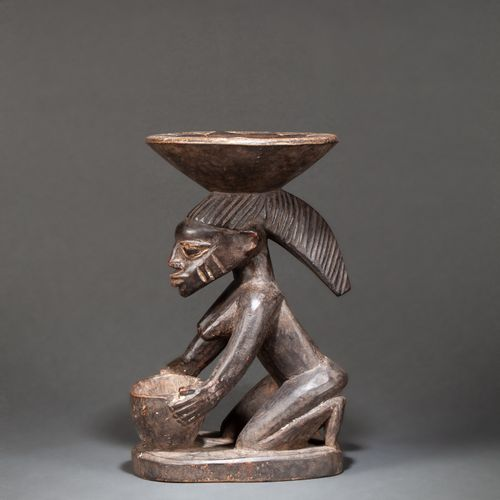 Porteuse de coupe Yoruba Receptacle made of kola nut, carved with a seated cup h…