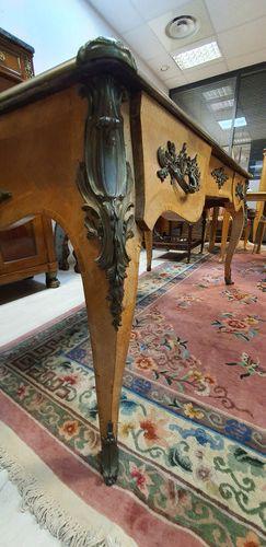 Grand bureau plat de milieu en chêne et bois de placage reposant sur quatre pied…