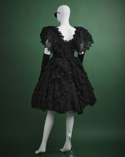 CARVEN HAUTE COUTURE 1980's Robe de cocktail  en tulle noir rebrodé, volants sup…