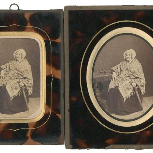 Portrait d'une vieille femme  À l'ombrelle, c. 1870  2 cartes de visite, tirages…