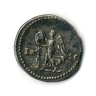 ROME. Vespasien (69 79). Denier. R/ Victoire érigeant un trophée au pied duquel …