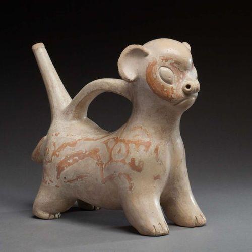 Vase étrier, il est modelé avec maîtrise d'un jeune félin les oreilles dressées …