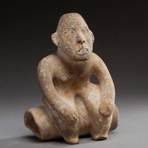Statue anthropomorphe présentant un chamane assis les mains posées sur le haut d…