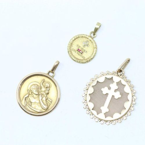 Set of three 18k (750) yellow gold medals, one with the effigy of Saint Christop…
