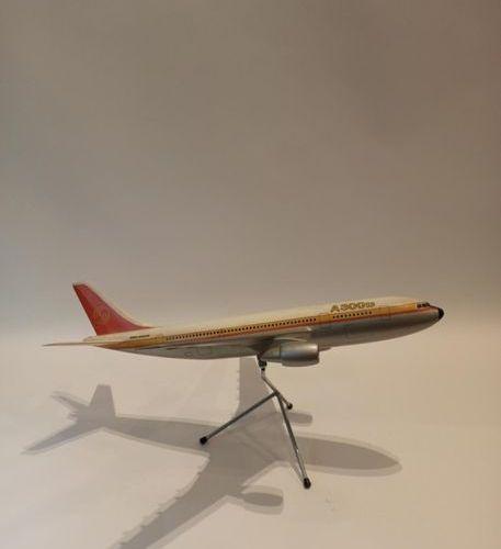 AIRBUS A300 maquette de comptoir à l'échelle 1/100° en résine sur socle métalliq…