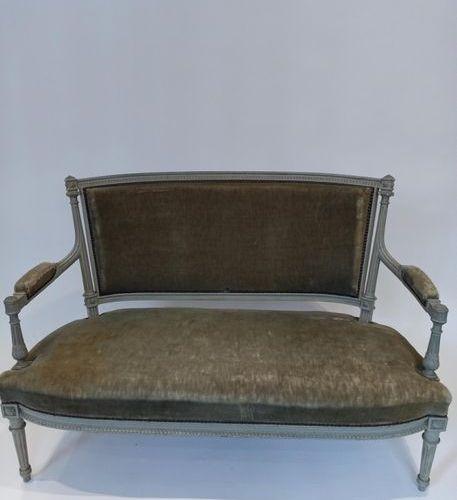 Mobilier de salon en bois laqué gris/vert, de style Louis XVI comprenant : une b…