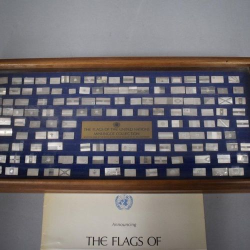 Box with a set of 142 United Nations flags, 18 x 39 x 4 cm.