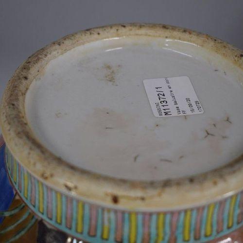 CHINE  Vase balustre en porcelaine émaillée polychrome à décor de buissons de pi…