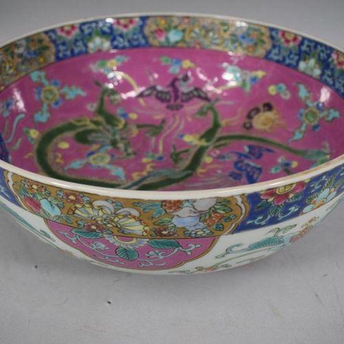 CHINE, XXème siècle  Coupe en porcelaine dans le gout de la famille rose ; à déc…