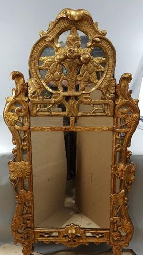 LARGE MIRROR WITH PARECLOSES in carved and gilded wood with a fretworked shape, …