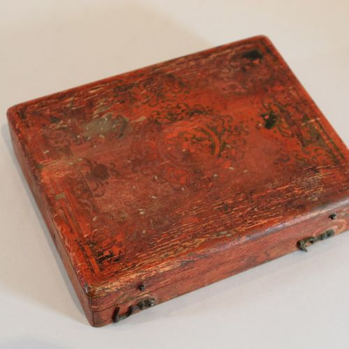 BOSTON Rectangular wooden game box painted red, the lid decorated with black and…