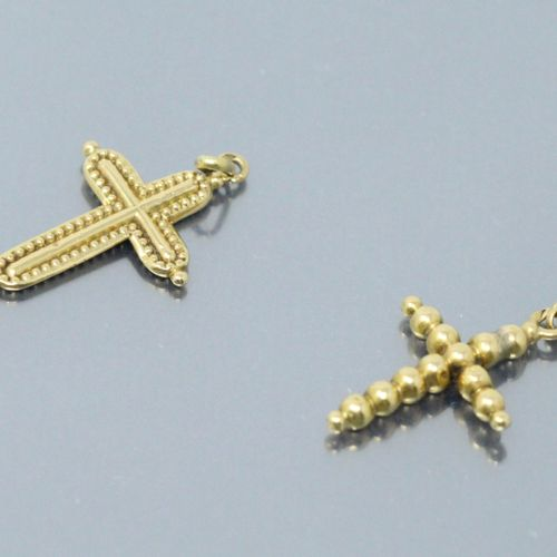 Two small crosses in 18k (750) yellow gold.  Weight: 1.05 g Ht.: 2 and 2.2 cm.